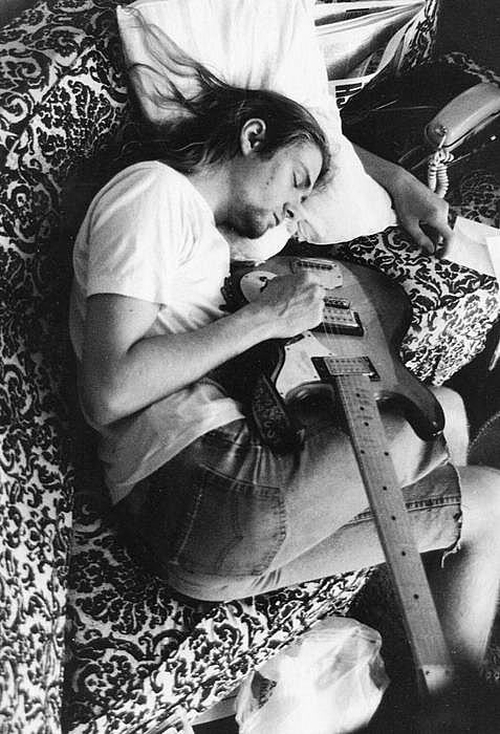 Kurt Cobain sleeping with his guitar
