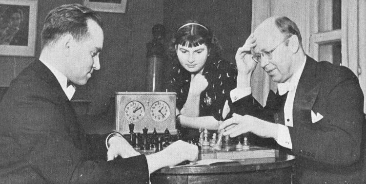 Sergei Prokofiev jugando al ajedrez con el violinista David Oistrakh, con la también violinista Liza Gilels de espectadora.