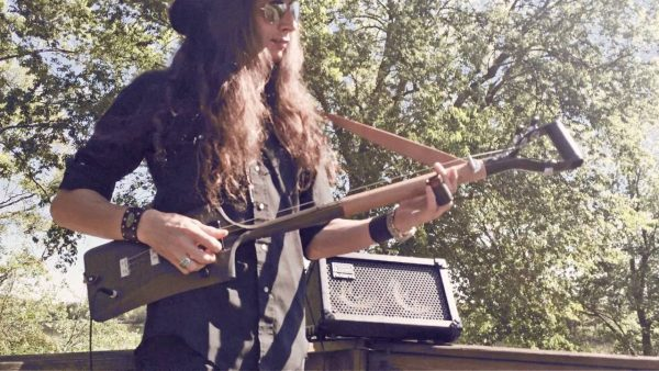 Justin Johnson – Crankin' Up the 3-String Shovel Guitar!