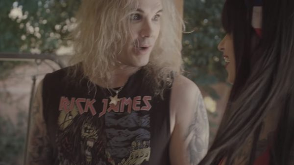 Steel Panther - Wasted Too Much Time ft. Stone Sour (detalle de la camiseta Rick James/Iron Maide)